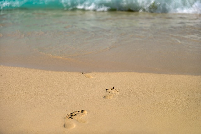 footprints-768682_640