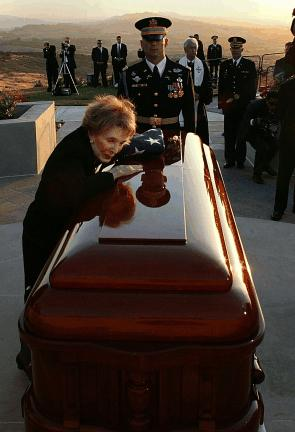 Nancy_Reagan_says_final_goodbyes_to_RR_June_11,_2004