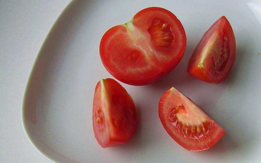 Tomato_(half_fruit_with_slices)